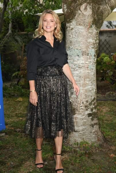 Virginie Efira souligne sa taille fine en mixant jupe midi et chemisier noir rentré, le 29 Août 2020.