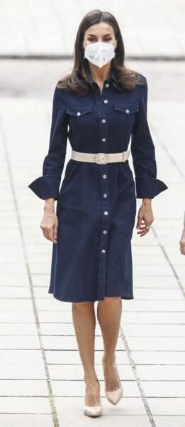 La reine Letizia d'Espagne rrecycle sa robe en jean Hugo Boss, à Madrid, le 16 avril 2021.