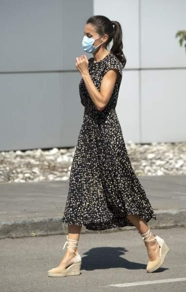 La reine Letizia d'Espagne en robe sombre Massimo Dutti et espadrilles à Gijon, 30 juillet 2020
