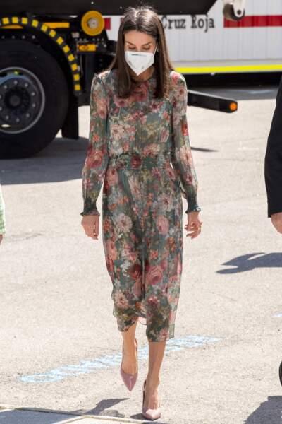 La reine Letizia d'Espagne recycle une des ses robes fleuries fétiches à Madrid, le 5 mai 2021
