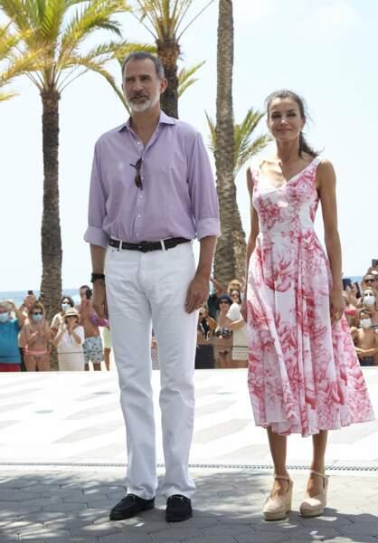 Letizia d'Espagne en robe midi Adolfo Dominguez, à Benidorm, le 3 juillet 2020.