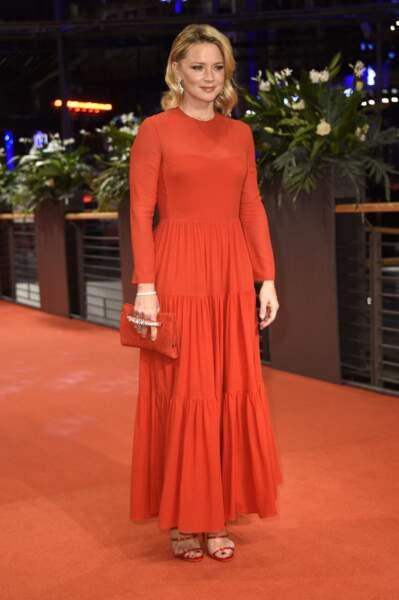 Virginie Efira en robe longue colorée dont le haut est moulant mais la jupe évasée à Berlin,  le 28 février 2020.