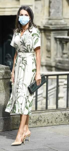 La reine Letizia d'Espagne en robe fleurie chic Piedro del Pierro et escarpins à Saint Jacques de Compostelle le 25 juillet 2020.