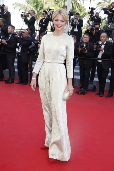 Virginie Efira rayonne dans cette combinaison pantalon nacrée qui souligne sa taille. Le pantalon évasé la grandit, à Cannes le 16 mai 2015.