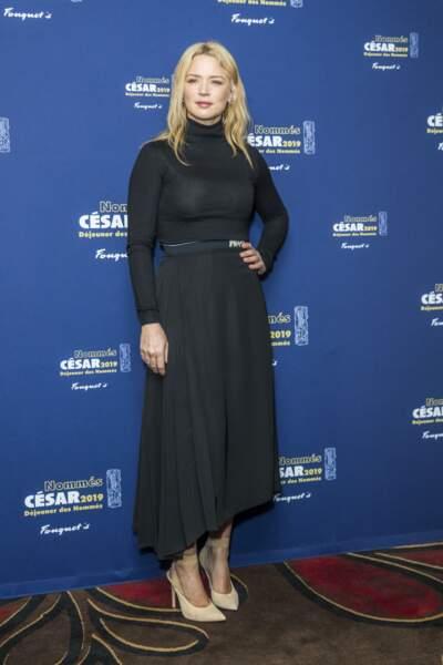 """Virginie Efira en robe noire cintrée pour flatter sa taille lors du """"Déjeuner des Nommés César à Paris, le 3 février 2019."""