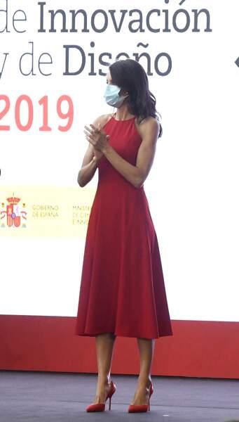 Letizia d'Espagne en robe rouge sans manche Carolina Herrera à Valence, Espagne, le 3 juillet 2020.