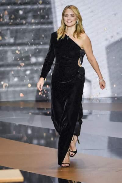 Virginie Efira en robe longue noire asymétrique et fendue, parfaite pour affiner la silhouette, le 12 mars 2021.