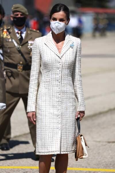 La reine Letizia d'Espagne assiste à la cérémonie de remise du pavillon national, avec une robe e tweed bien connue, le 7 mai 2021.