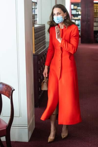 Kate Middleton porte une robe-manteau Eponine London de la collection automne-hiver 2018.