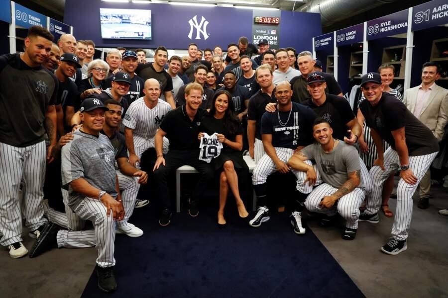 29 juin 2019 : Harry et Meghan reçoivent des maillots de baseball floqués au nom d'Archie