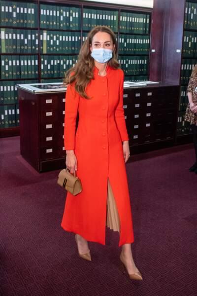Kate) Middleton, duchesse de Cambridge, dans son long manteau rouge et un sac à main en cuir DeMellier, visite les archives du musée National Portrait Gallery (NPG) à Londres, Royaume Uni, le 7 mai 2021.
