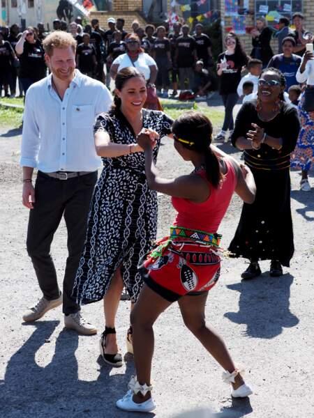 23 septembre 2019 : Meghan Markle danse sous le regard énamouré d'Harry en Afrique du Sud