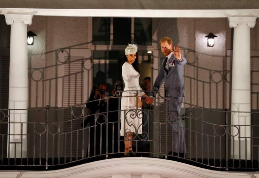 23 octobre 2018 : le prince Harry et Meghan Markle, acclamés au balcon du Grand Pacific Hotel aux îles Fidji