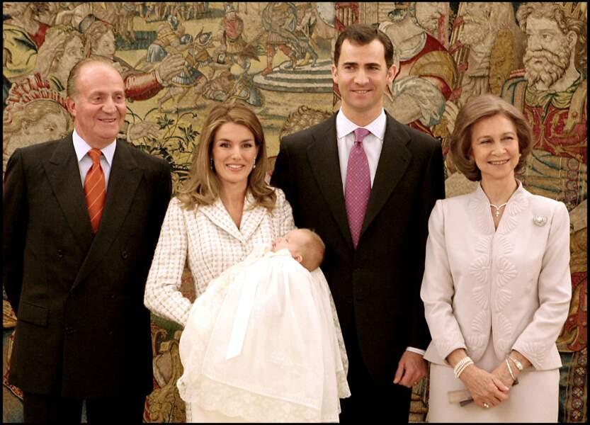 Letizia d'Espagne portait déjà cette robe en 2006 pour le baptême de sa fille Leonor .