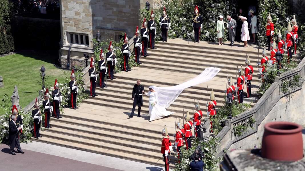19 mai 2018 : Harry et Meghan descendent les marches de la chapelle après leur mariage