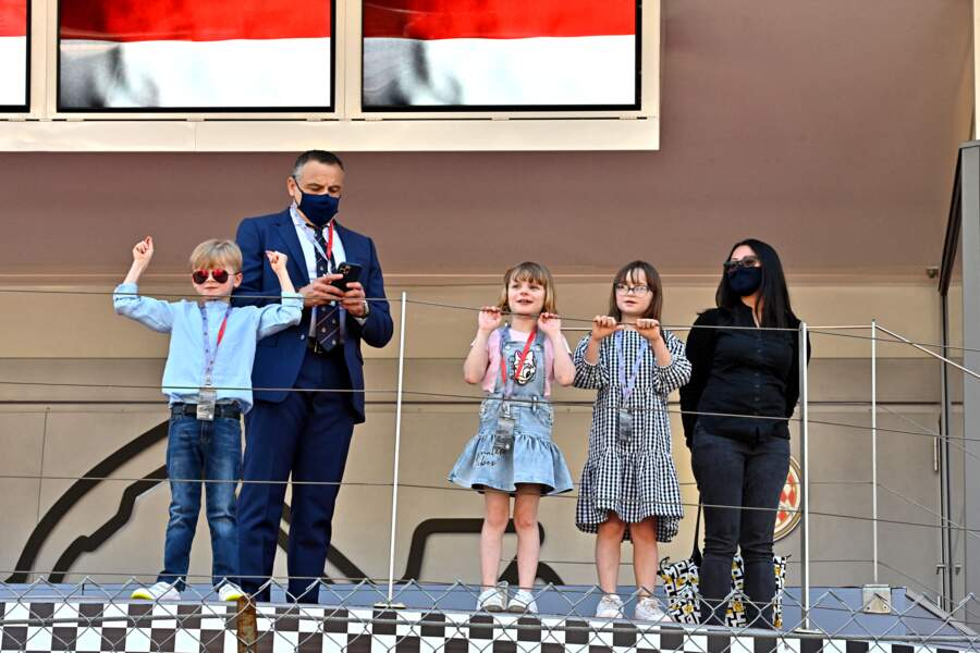 Les enfants heureux d'assister à l'événement