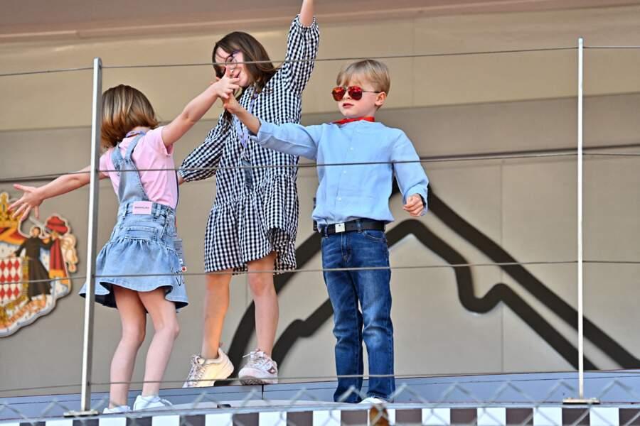 Les enfant bougent les bras comme des chefs d''orchestre au son de l''hymne monégasque