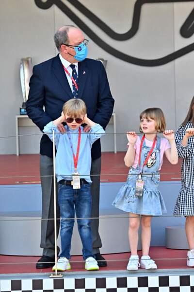 Le prince Albert II de Monaco pose tendrement ses mains sur Jacques