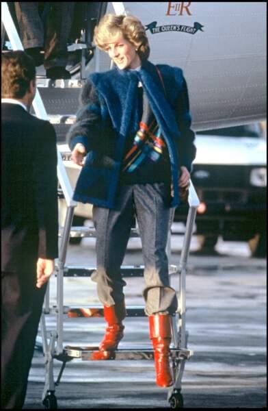 Lady Diana : Résolument moderne en blouson de fourrure teintée, pantalon boyish et bottes en cuir rouge.