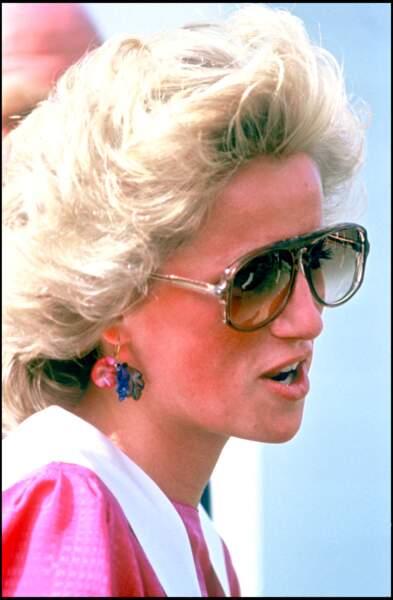 Lady Diana avec ses lunettes de soleil pilote fumées oversize, top rose et col Claudine