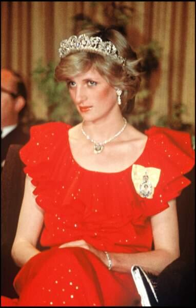 Lady Diana en robe rouge ceinturée et tiare de princesse, parfait mix and match entre tradition et modernité