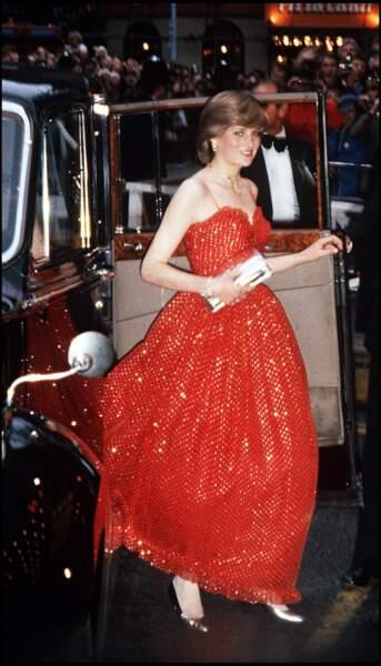 Lady Diana : en robe de princesse pailletée rouge pour aller danser.