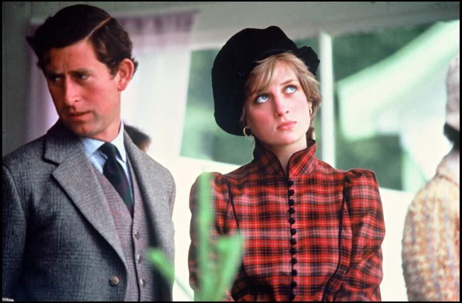 Lady Diana en robe à carreaux rouge british et bibi noir