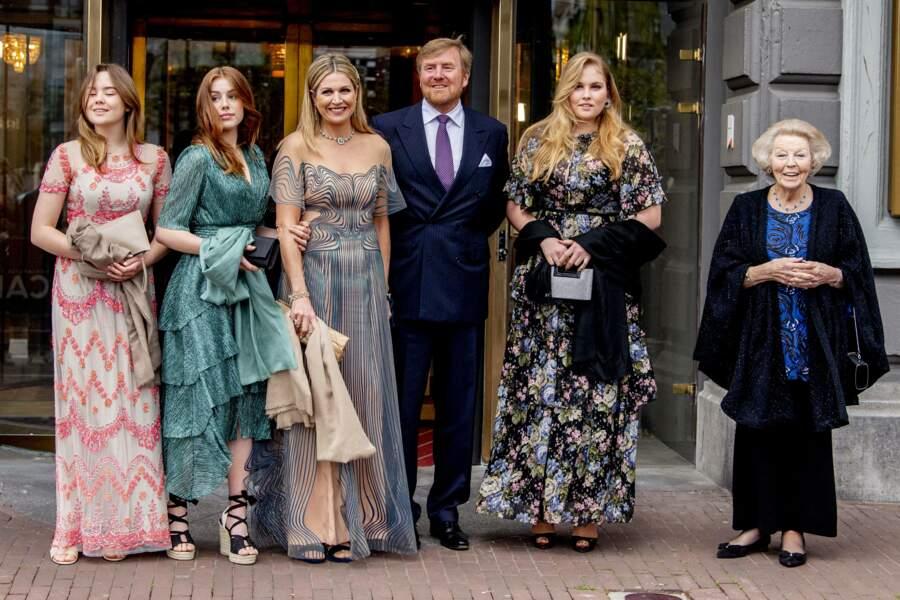 La reine Maxima, son mari le roi Willem-Alexander des Pays-Bas,  leurs trois filles et la princesse Beatrix, ancienne reine des Pays-Bas, à Amsterdam, le 12 mai 2021.