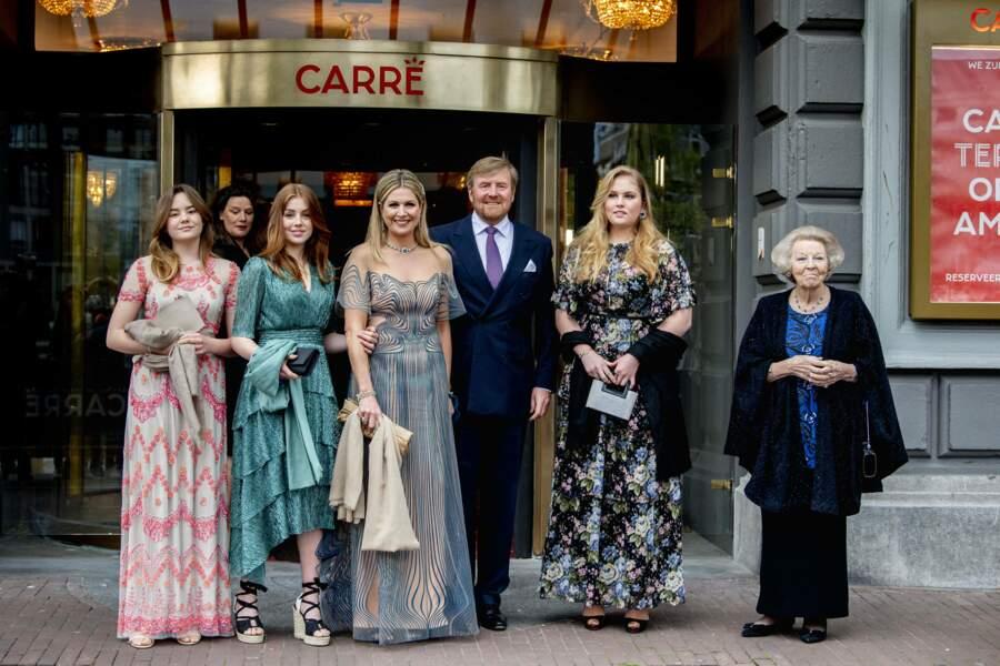 Le couple royal des Pays-Bas avec leurs filles Amalia, Alexia et Ariane, mais également avec la princesse Beatrix, à Amsterdam, le 12 mai 2021.