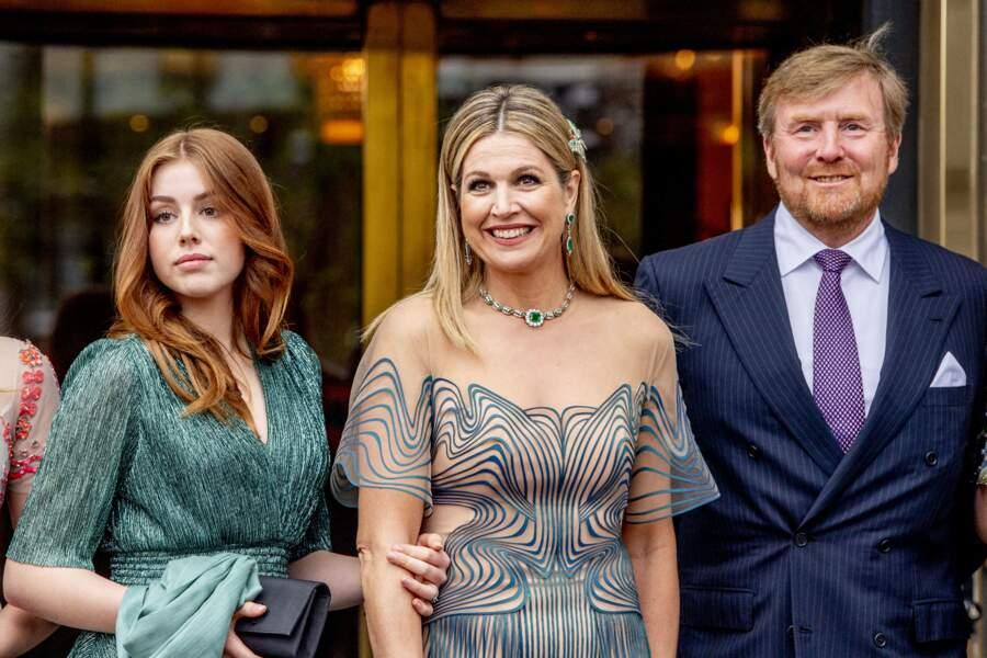 La reine Maxima et le roi Willem-Alexander des Pays-Bas avec la princesse Alexia, qui portait une robe verte signée Maje, à Amsterdam, le 12 mai 2021.
