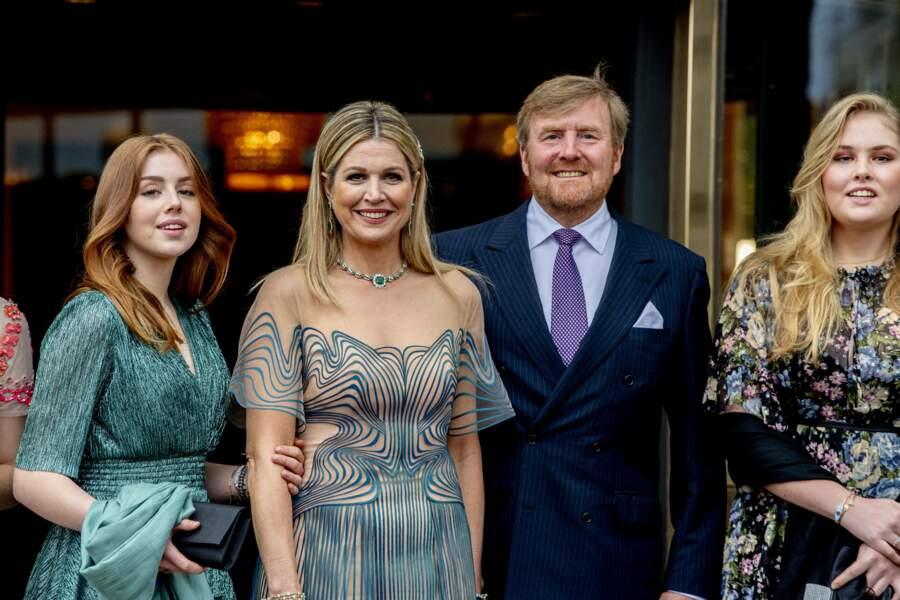 La reine Maxima et le roi Willem-Alexander des Pays-Bas avec leurs deux filles aînées, la princesse Amalia et la princesse Alexia, à Amsterdam, le 12 mai 2021.