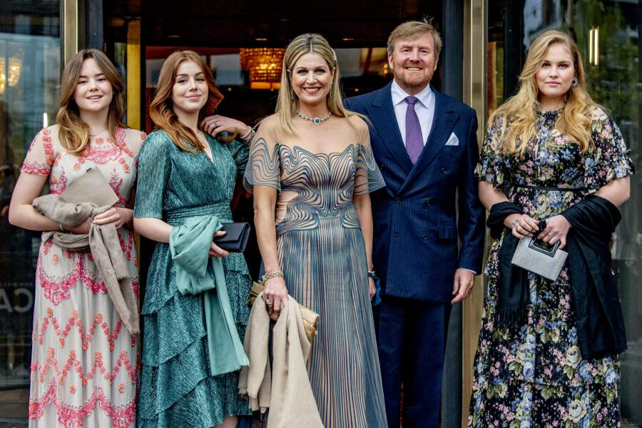 La reine Maxima et le roi Willem-Alexander des Pays-Bas posent avec leurs trois filles devant le théâtre Carre, à Amsterdam, le 12 mai 2021.