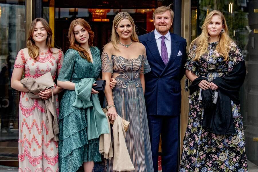 Le couple royale des Pays-Bas et leurs trois filles Amalia, Alexia et Ariana au théâtre Carre à Amsterdam, le 12 mai 2021.