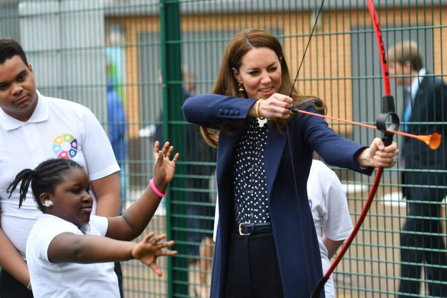Kate Middleton a testé le tir à l'arc en suivant les conseils d'une fillette très attentionnée.