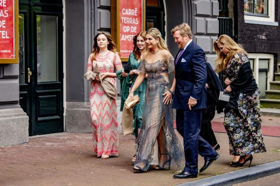 """La famille royale des Pays-Bas arrive au théâtre Carre pour l'émission spéciale """"Une vie pleine de musique"""", à Amsterdam, le 12 mai 2021."""