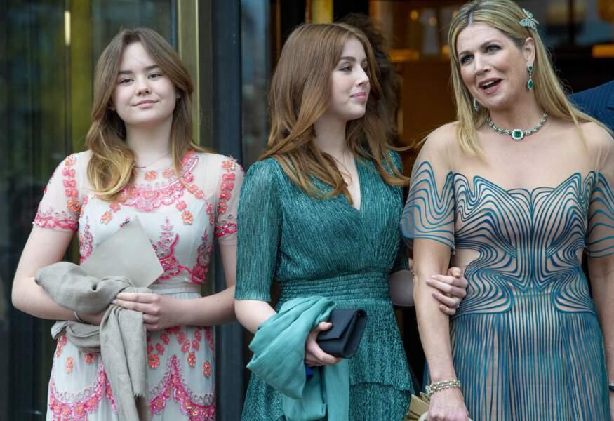 """La reine Maxima des Pays-Bas accompagnée de ses filles la princesse Ariane et la princesse Alexia, pour l'émission spéciale """"Une vie pleine de musique"""", à Amsterdam, le 12 mai 2021."""