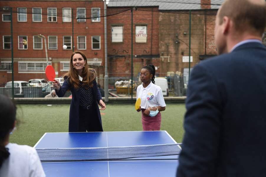 Kate, très concentrée, prête à mettre un smash à William.