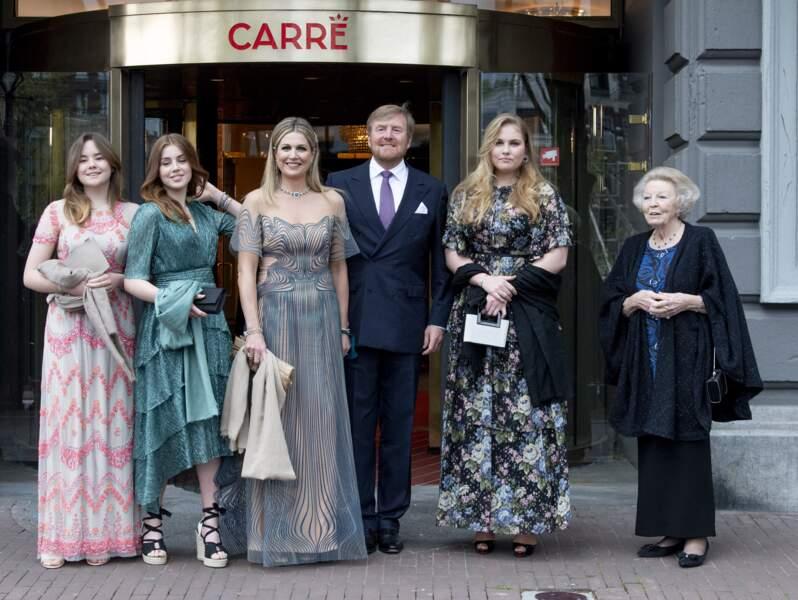 La reine Maxima et le roi Willem-Alexander des Pays-Bas avec la princesse Beatrix et les trois princesses Amalia, Alexia et Ariane, âgées de 17, 15 et 14 ans