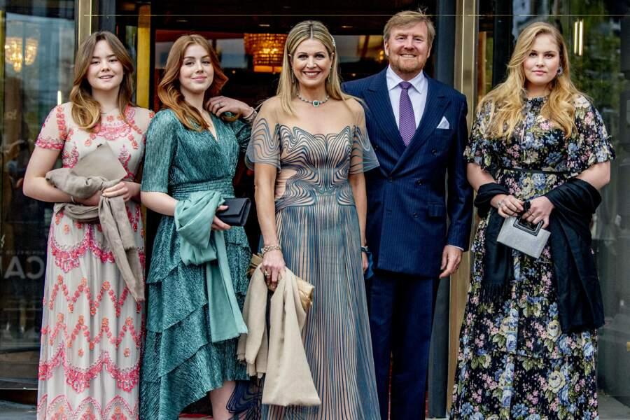 """La reine Maxima et le roi Willem-Alexander des Pays-Bas avec leurs trois filles au théâtre Carre pour l'émission spéciale """"Une vie pleine de musique"""", à Amsterdam, le 12 mai 2021."""