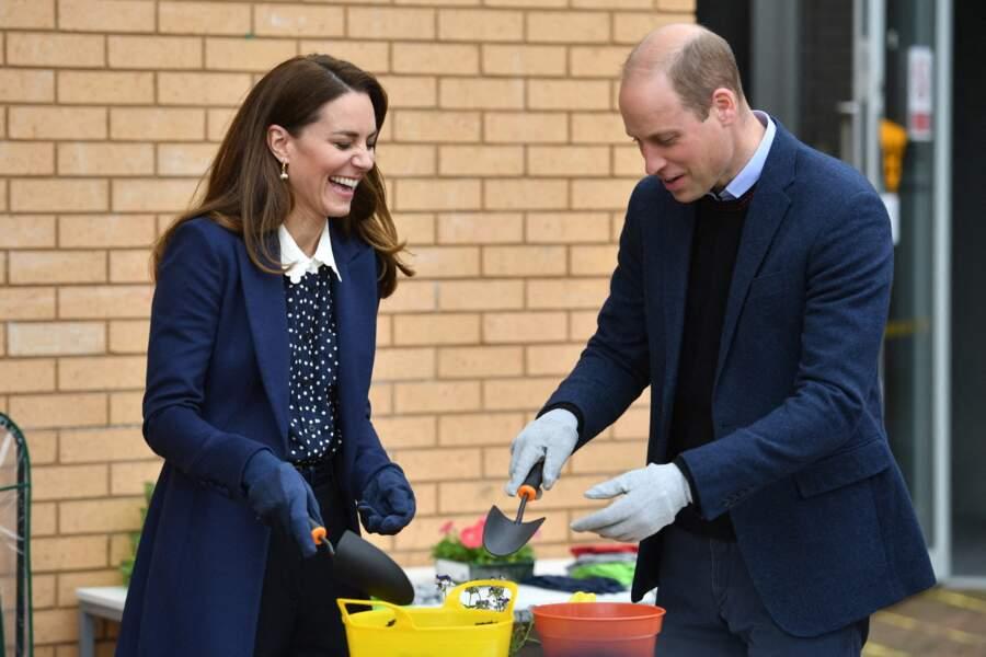 Kate Middleton, très amusée, avec le prince William lors d'une séance de santé mentale et de bien-être lors d'une visite à The Way Youth Zone à Wolverhampton, Royaume Uni, le 13 mai 2021.