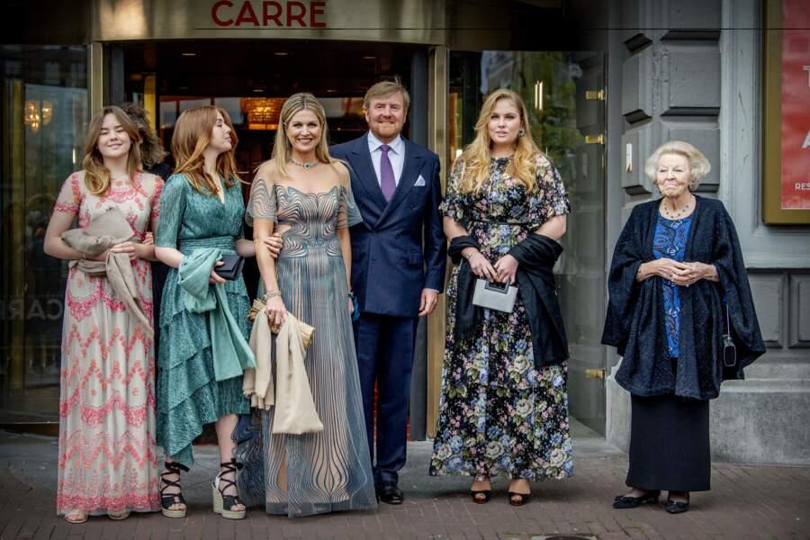 La reine Maxima et le roi Willem-Alexander des Pays-Bas avec leurs trois filles à Amsterdam, le 12 mai 2021.