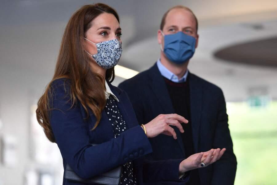 Avant de quitter The Way Youth Zone, Kate et William ont remis leurs masques pour visiter les locaux.