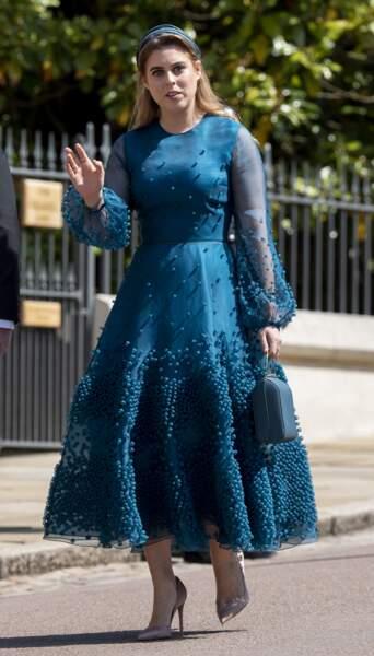 La robe longue aux manches transparentes de Beatrice d'York au mariage de Meghan Markle  le 19 mai 2018.