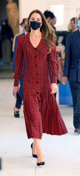 Kate Middleton choisit à nouveau une robe longue Alessandra Rich de l'été 2019 pour la réouverture du Victor & Albert Museum de Londres, le 19 mai 2021.