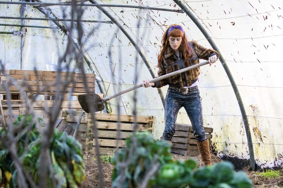 Audrey Fleurot dans HPI : bandana  dans ses cheveux roux, blouson en fausse fourrure et bottes hautes