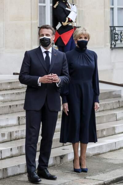 Brigitte Macron adopte la robe longue bleu n