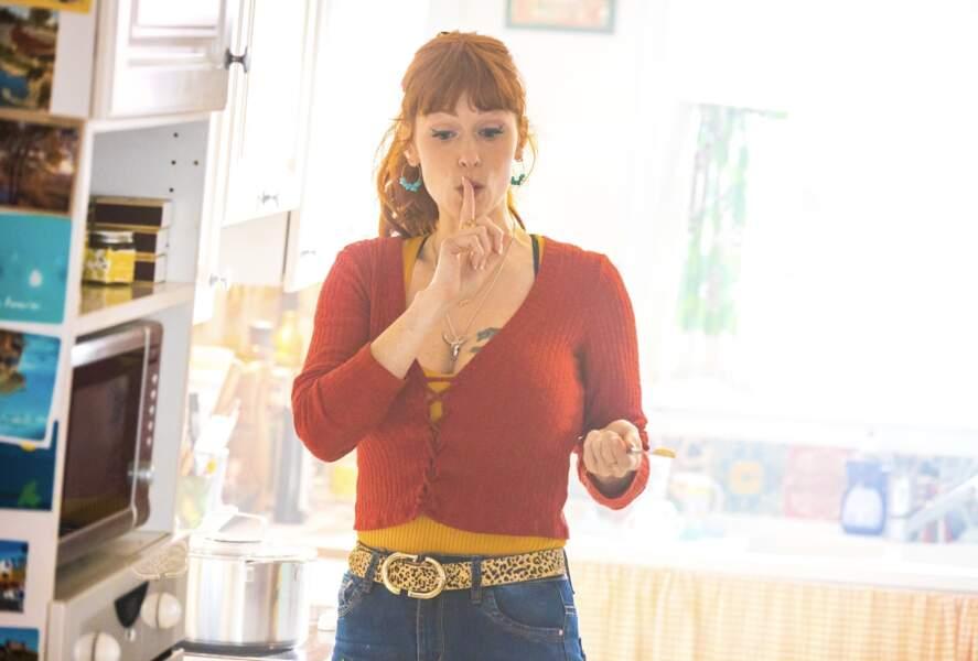Tatouage, cardigan rouge, ceinture léopard et créoles anis pour Audrey Fleurot dans HPI