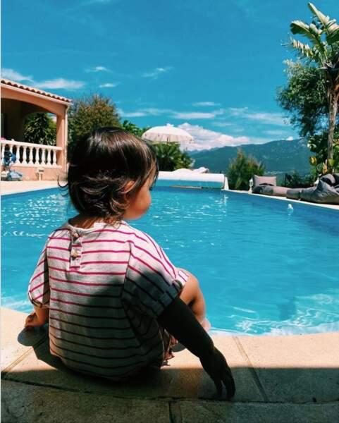 Maggy, née le 24 novembre 2019, découvre les joies de l'eau, que ce soit à la piscine ou à la plage.