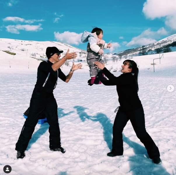 Parents gâteaux, Grégoire Lyonnet et Alizée profitent de leur petite Maggy à la neige.