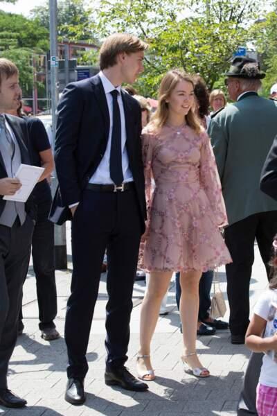 La robe courte et brodée de la princesse Alexandra de Hanovre au mariage de Ernst August Jr de Hanovre le 8 juillet 2017.